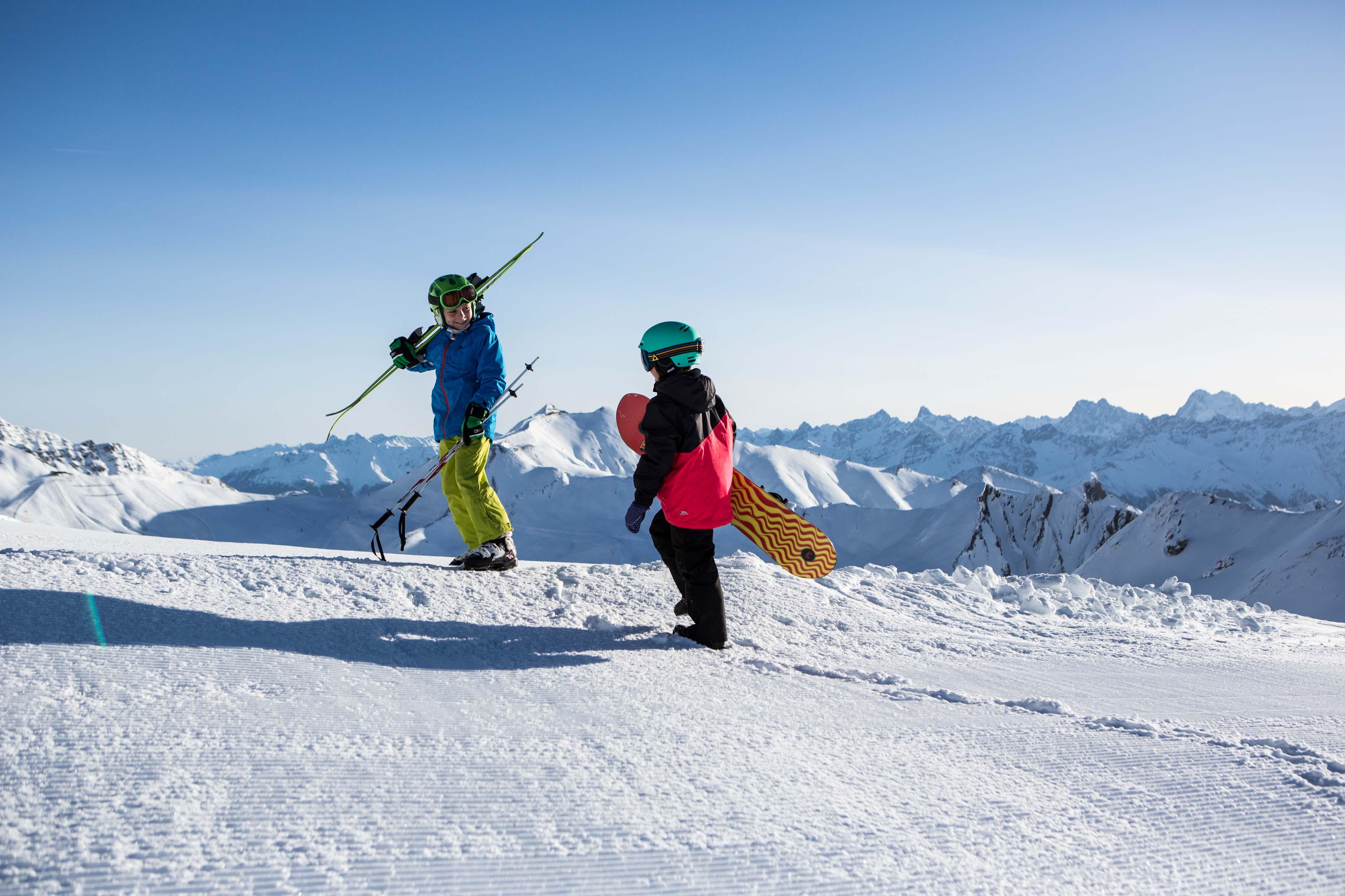 serfaus-fiss-ladis---kinder-mit-ski-und-snowboard--c--danielzangerl.com